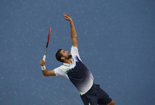 Chorvat Marin Čilič servíruje ve finále US Open.