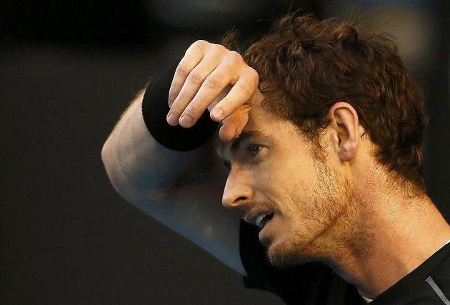 Britský tenista Andy Murray si utírá pot během finále mužské dvouhry na letošním Australian Open.