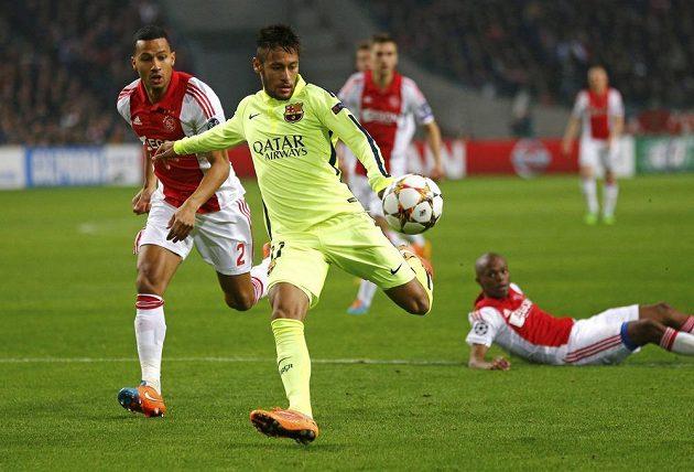 Ricardo van Rhijn z Ajaxu (vlevo) přihlíží, jak se útočník Barcelony Neymar připravuje ke střele.