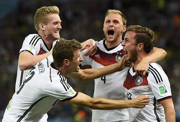 Němečtí fotbalisté zleva André Schürrle, Thomas Müller, Benedikt Höwedes a Mario Götze slaví gól v síti Argentiny.