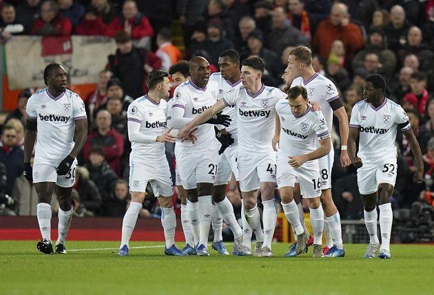 Fotbalisté West Hamu a záložník Tomáš Souček mezi nimi oslavují vstřelený gól na hřišti Liverpoolu.