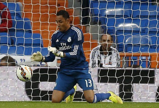 Brankář Realu Madrid Keylor Navas zasahuje v utkání proti Elche.