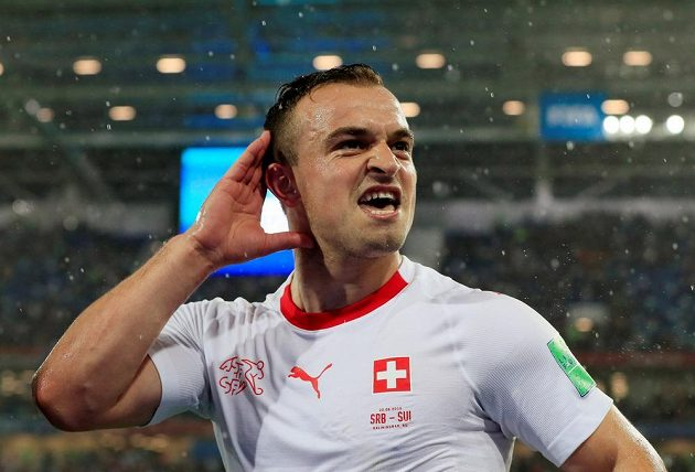 Autor vítězného gólu Švýcarů Xherdan Shaqiri si vychutnává ovace publika.