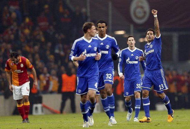 Jermaine Jones (vpravo) se raduje se spoluhráči z Schalke z gólu proti Galatasarayi.