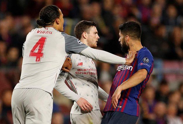 Rozmíška v úvodním semifinále Ligy mistrů: Liverpoolští Virgil van Dijk a Andrew Robertson proti barcelonskému Luisi Suárezovi.
