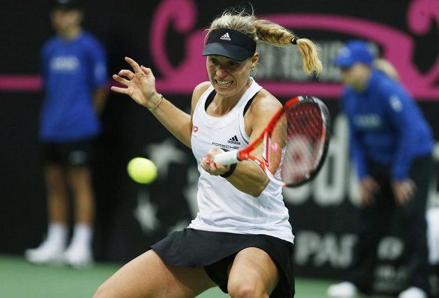 Německá tenistka Angelique Kerberová odvrací míček v duelu proti Petře Kvitové.