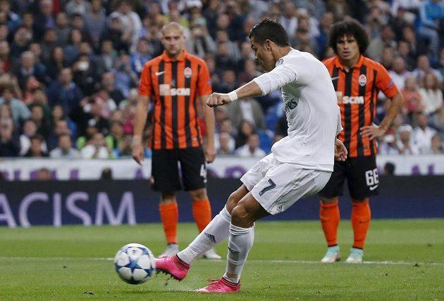 Cristiano Ronaldo z Realu Madrid proměňuje pokutový kop proti Šachtaru Doněck.