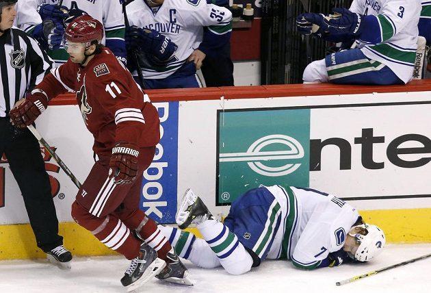 Hanzal odjíždí od zraněného hráče Vancouveru Bootha.