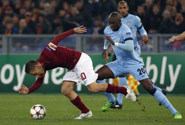 Záložník AS Řím Francesco Totti (vlevo) v souboji s Eliaquimem Mangalou z Manchesteru City.
