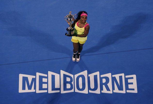Williamsová pošesté pózuje s pohárem z Australian Open