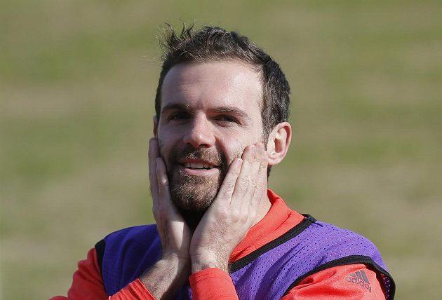Pánové, to myslíte vážně...? I Juan Mata je z hřiště v Rostově zděšen.