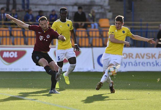 Sparťan Libor Kozák střílí gól, přihlížejí hráči Jihlavy Mohamed Tijani a Karel Pojezný (vpravo).