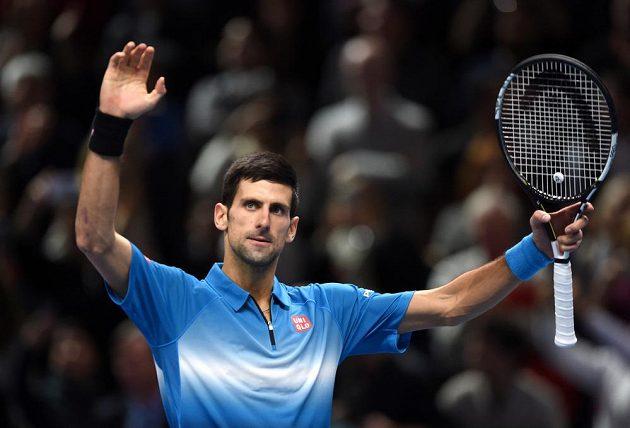 Srbský tenista Novak Djokovič se raduje z vítězství nad Rafaelem Nadalem v semifinále Turnaje mistrů.