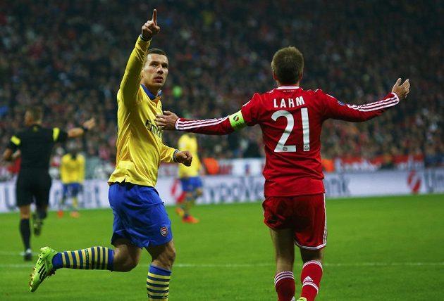 Lukas Podolski z Arsenalu oslavuje trefu do sítě Bayernu Mnichov v osmifinálovém utkání Ligy mistrů.