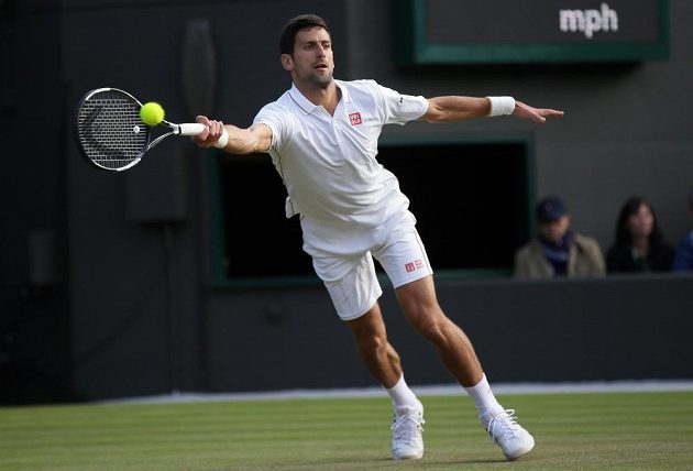 Srbský tenista Novak Djokovič returnuje v zápase s Američanem Samem Querreym.