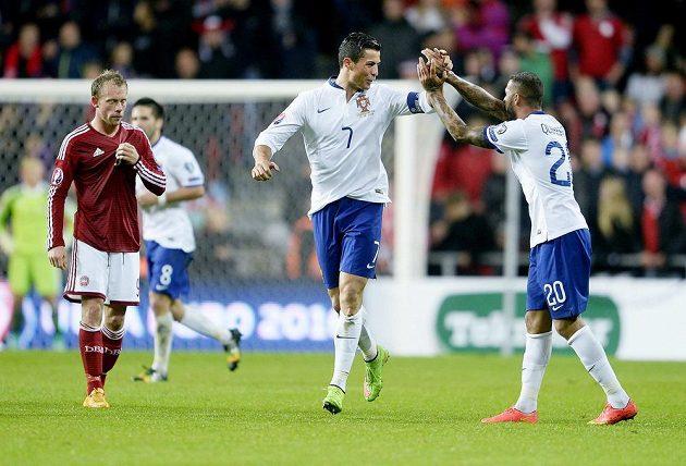 Cristiano Ronaldo se raduje se spoluhráčem z Portugalska Ricardem Quaresmou z gólu, který vstřelil Dánsku.