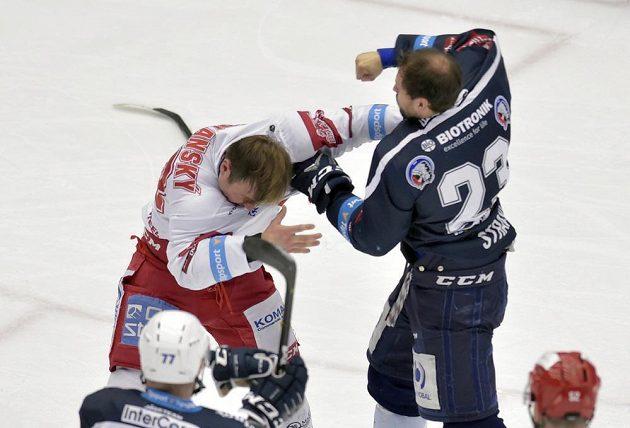 To byla bitka! Jiří Polanský z Třince a Petr Straka z Plzně se porvali během semifinále extraligy.