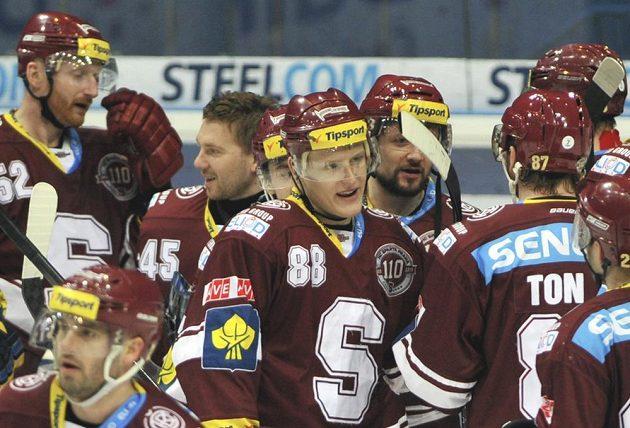 Hráči Sparty se radují z vítězství na ledě Vítkovic.