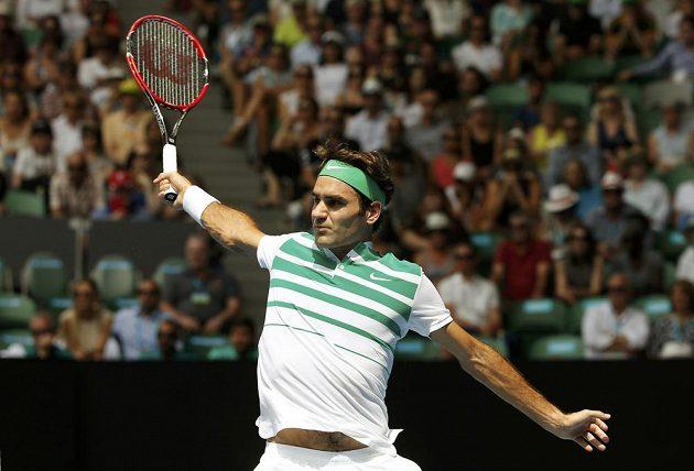 Bekhend Rogera Federera proti Tomáši Berdychovi ve čtvrtfinále Australian Open.