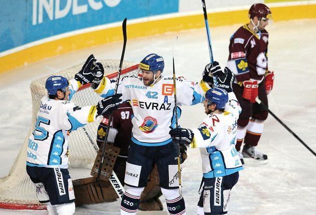 Vítkovický obránce Michal Barinka (v bílém dresu uprostřed) se raduje se spoluhráči ze vstřelení gólu do sítě Sparty.