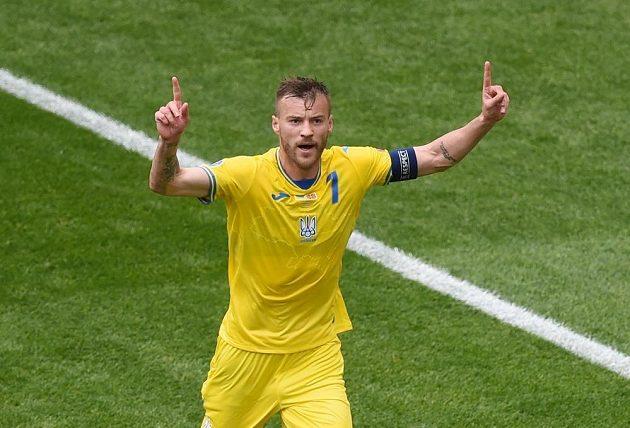 Jarmolenko slaví úvodní branku Ukrajiny