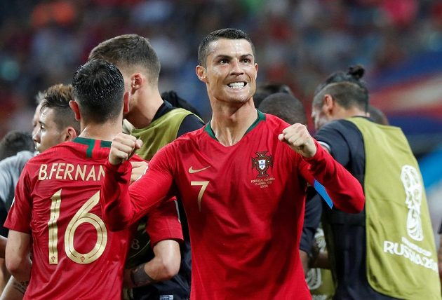 Portugalský mág Cristiano Ronaldo a jeho gesto po druhém zásahu v síti Španělska během utkání MS.