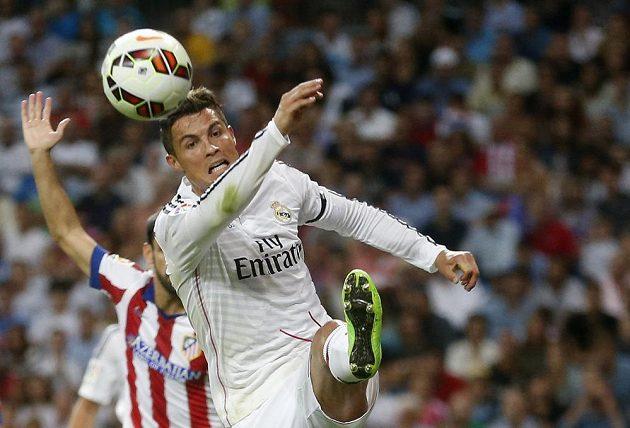 Cristiano Ronaldo z Realu v madridském derby s Atlétikem.