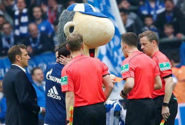 Maskot Schalke Erwin s červenou kartou u sudího Felixe Zwayera (druhý zprava), vlevo kouč Markus Weinzierl.