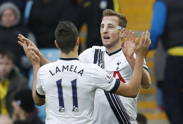 Útočník Tottenhamu Harry Kane (vpravo) slaví se spoluhráčem Erikem Lamelou gól na hřišti Aston Villy.