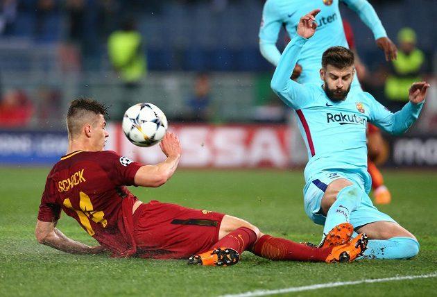 Útočník AS Řím Patrik Schick šel do souboje s barcelonským Gerardem Piquem nebojácně.