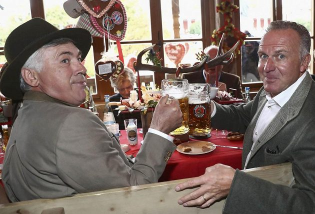 Trenér Carlo Ancelotti (vlevo) a šéf Bayernu Karl-Heinz Rummenigge si připíjejí na pivních slavnostech Oktoberfest.