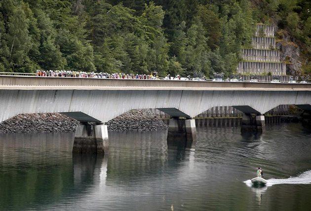 Peloton Tour de France na mostě