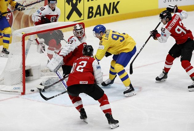 Nová švédská posila z NHL Gabriel Landeskogotevřel skóre duelu s Rakouskem.