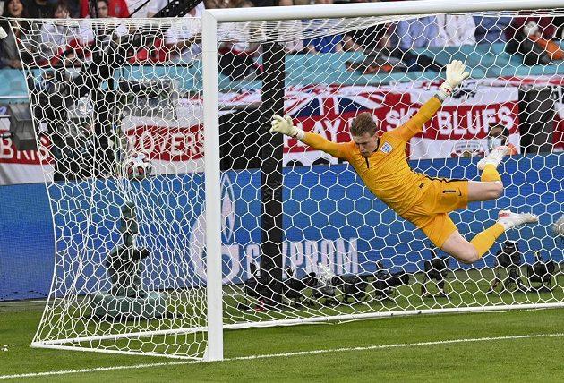 Anglický gólman Jordan Pickford plachtí vzduchem, ale míč už se třepotá v jeho síti.