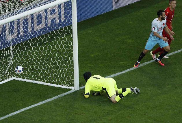 Ani Petr Čech nezabránil úvodnímu gólu Turků.