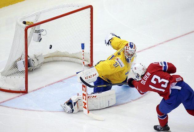 Sondre Olden z Norska takhle překonal Anderse Nilssona a otevřel skóre utkání se Švédskem.