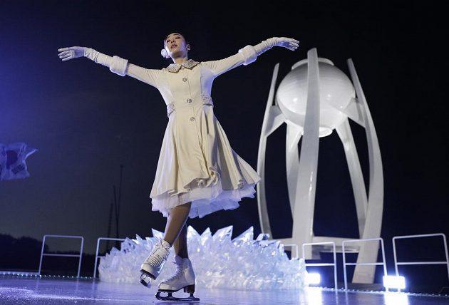 Olympijský oheň podle očekávání zapálila krasobruslařka Kim Ju-na.