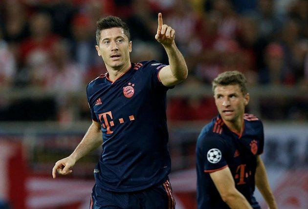 Kanonýr Bayernu Mnichov Robert Lewandowski oslavuje gól proti Olympiakosu.
