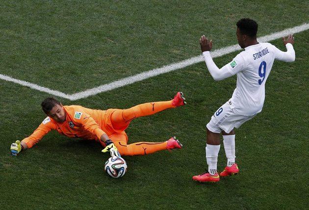 Uruguayský gólman Fernando Muslera (vlevo) byl u míče dříve než Angličan Daniel Sturridge.