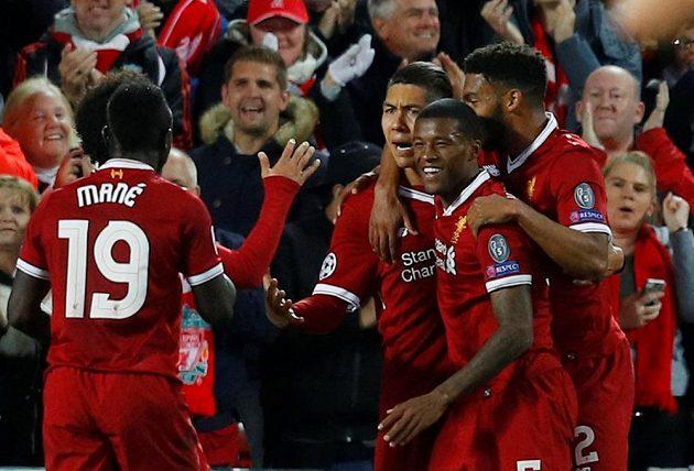 Fotbalisté Liverpoolu oslavují gól Roberta Firmina (třetí zprava).