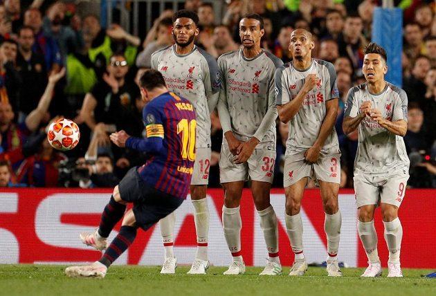 Barcelonský Lionel Messi střílí třetí gól proti Liverpool v semifinále Ligy mistrů.
