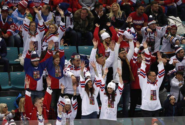 Čeští fanoušci při semifinále hokejového utkání s týmem OSR.
