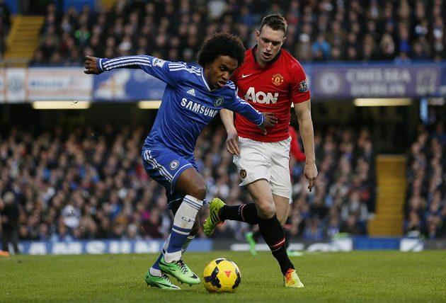 Willian z Chelsea si kryje míč před Philem Jonesem z Manchesteru United.