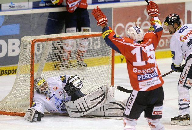 Pardubický obránce Blaž Gregorc (č. 15) slaví vyrovnávací gól proti Liberci. Vlevo je smutný brankář Bílých Tygrů Ján Lašák.