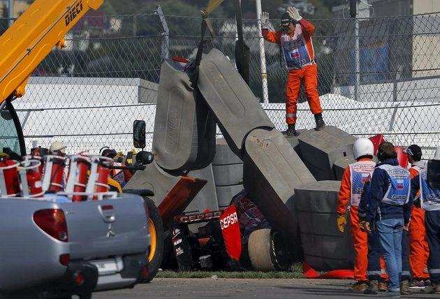 Carlos Sainz skončil se svou formulí v bariéře.
