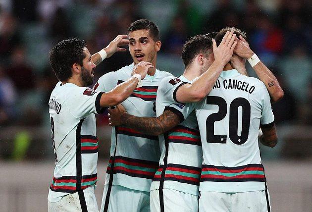 Radost Portugalců po jednom z gólů v Ázerbájdžánu.