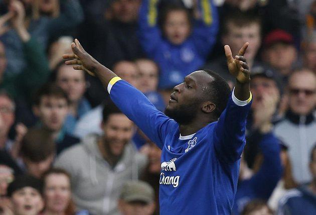 Kanonýr Evertonu Romelu Lukaku slaví, do sítě mistrovského Leicesteru nasázel během hodiny dva góly.