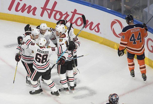 Hokejisté Chicaga Blackhawks slaví gól v síti Edmontonu.