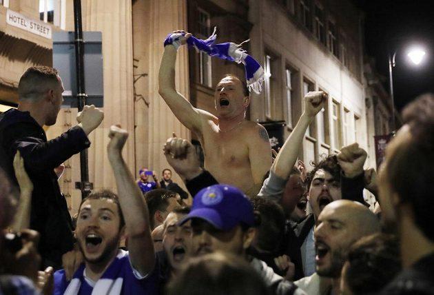 Z hospod v Leicesteru se vyvalili večer fanoušci ven a slavili titul.