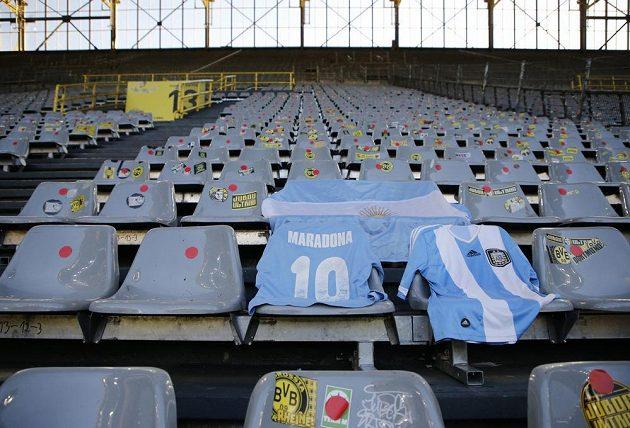 Na zesnulou legendu Diega Maradonu vzpomínali i na bundesligovém utkání mezi Dortmundem a Kolínem nad Rýnem.